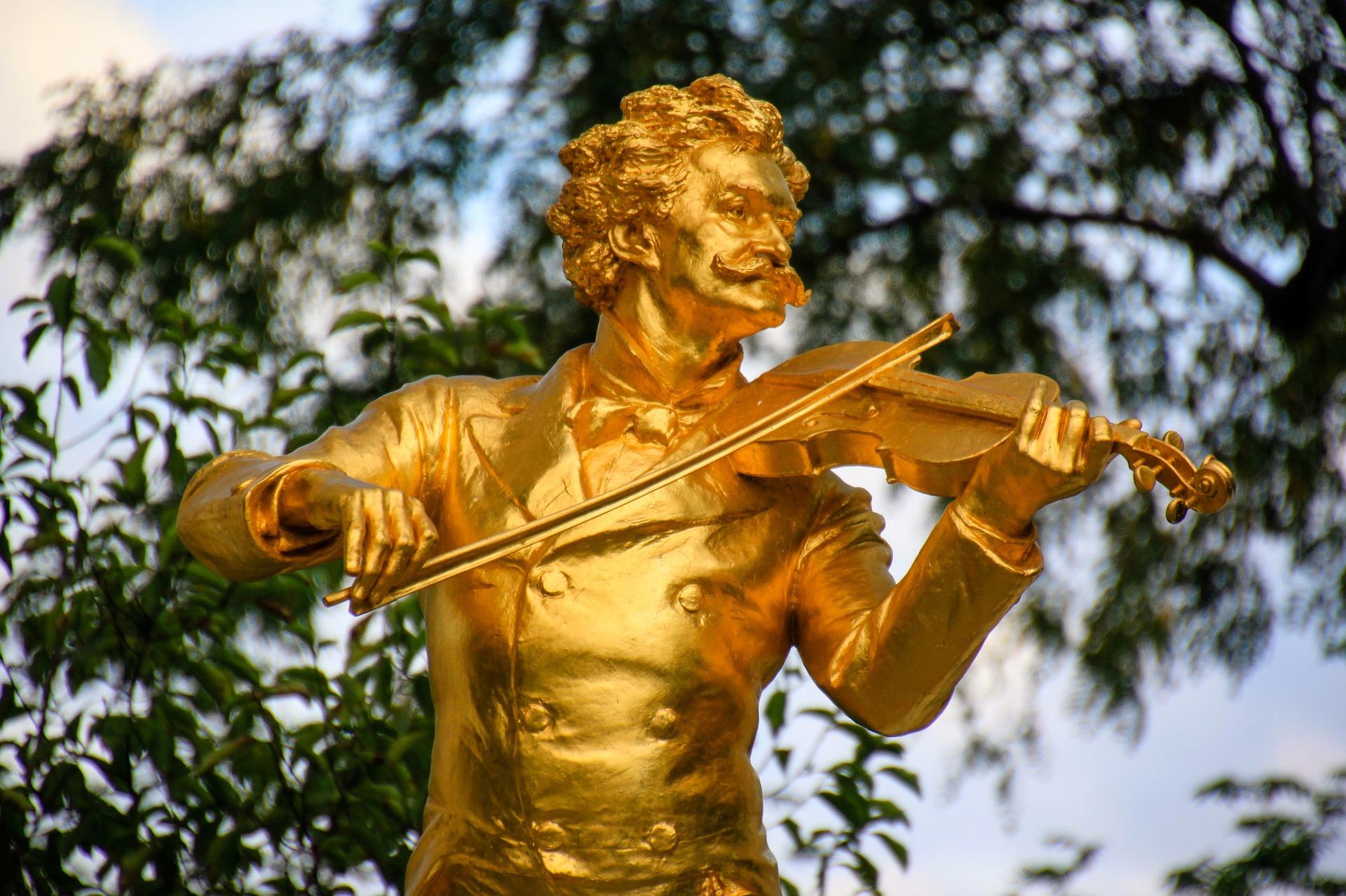 Gold violinist statue in Vienna